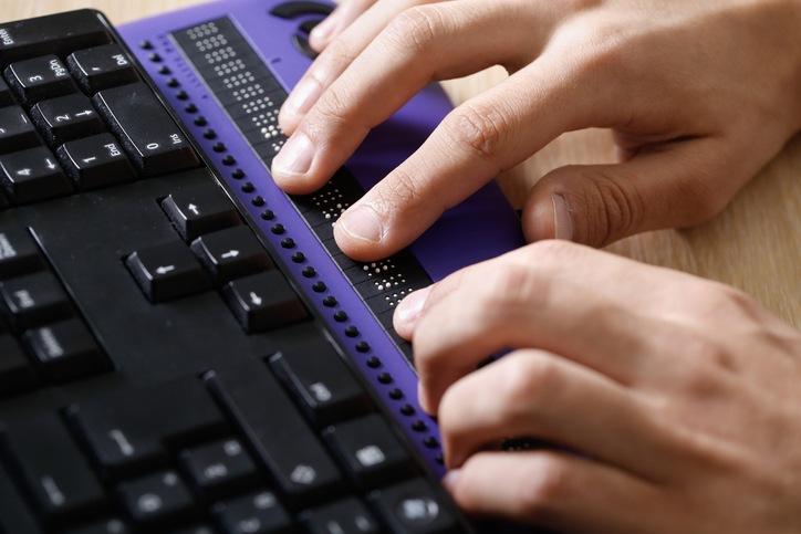 égalité au travail - personne aveugle utilise lecteur d'écran en braille utilise un lecteur