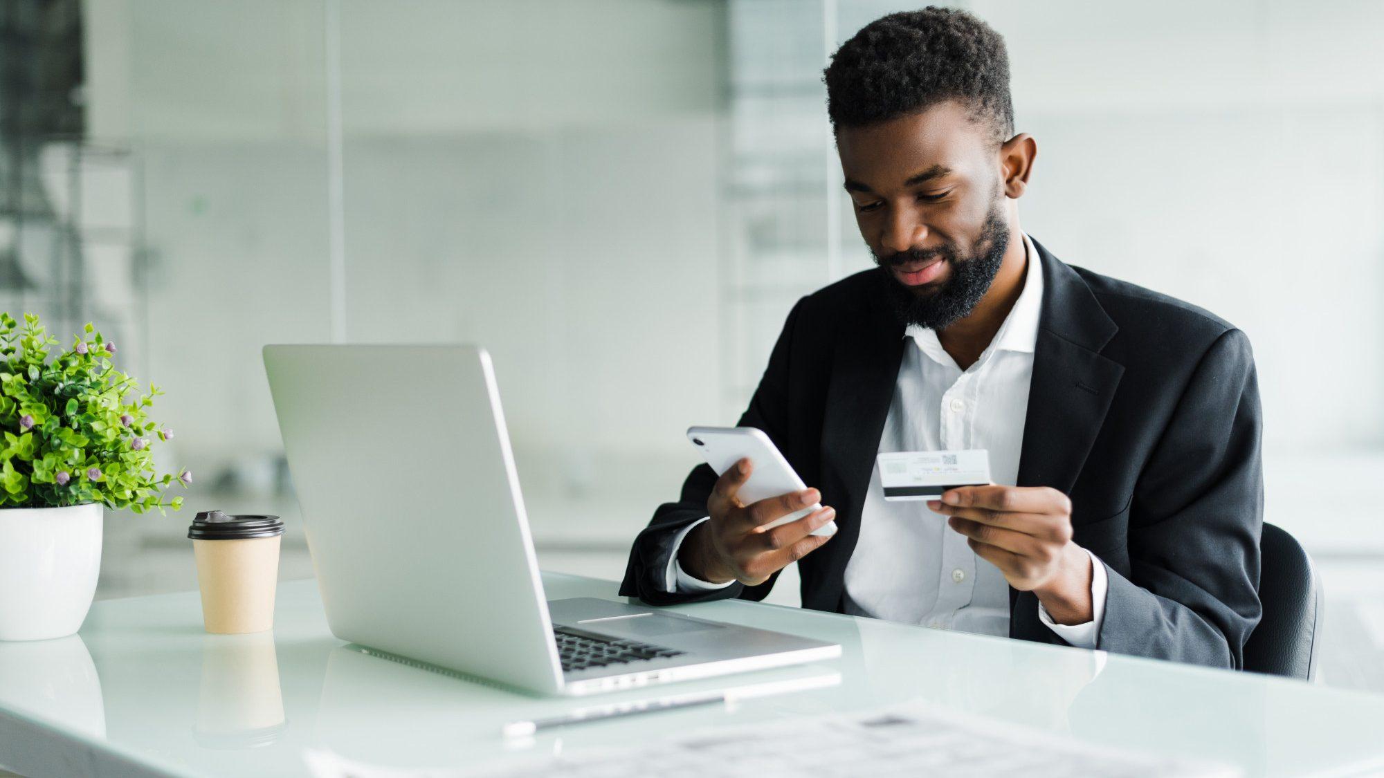 banque privée - homme utilise plateforme numérique