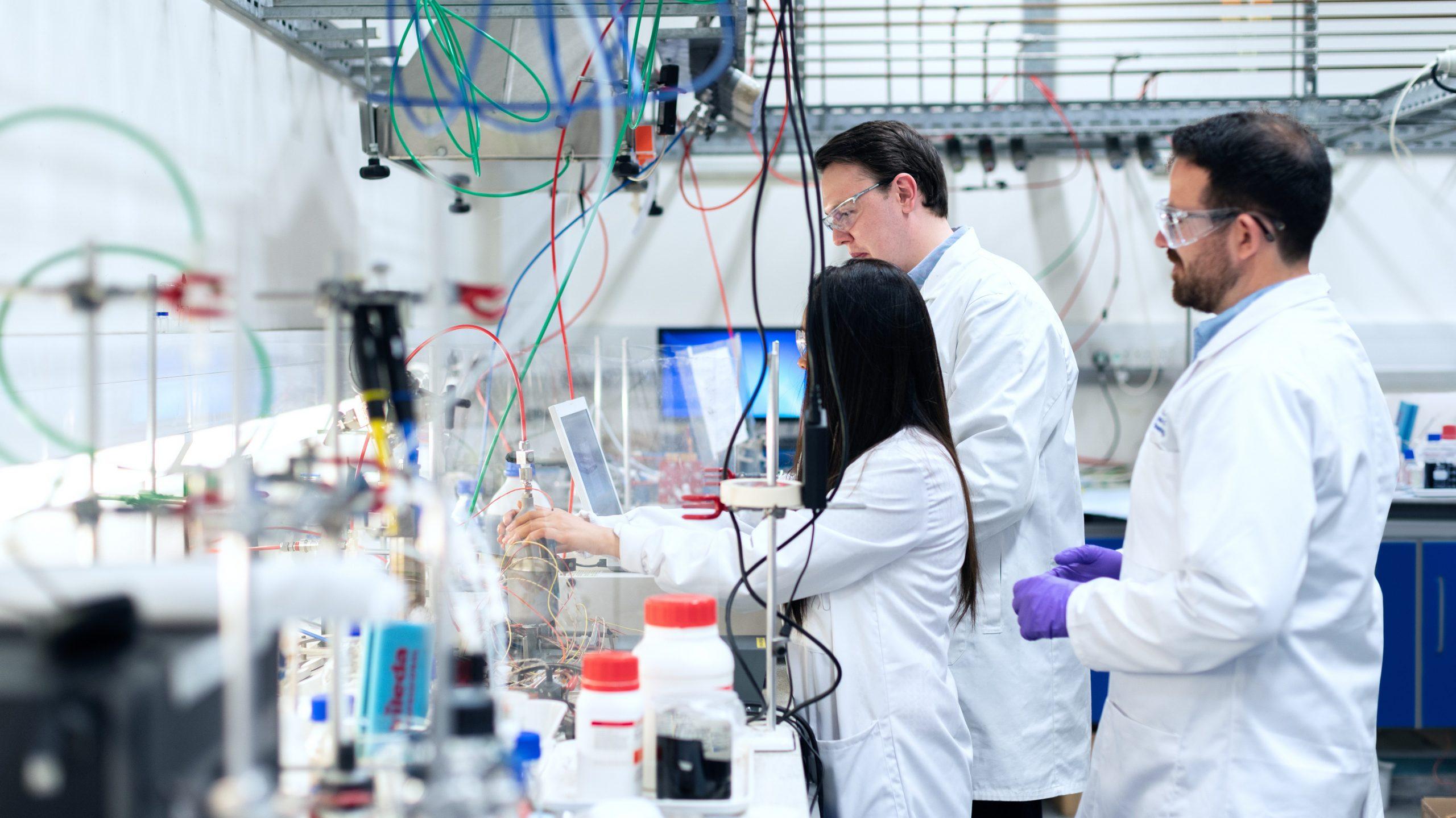 startups et chercheurs travaillant ensemble dans un laboratoire