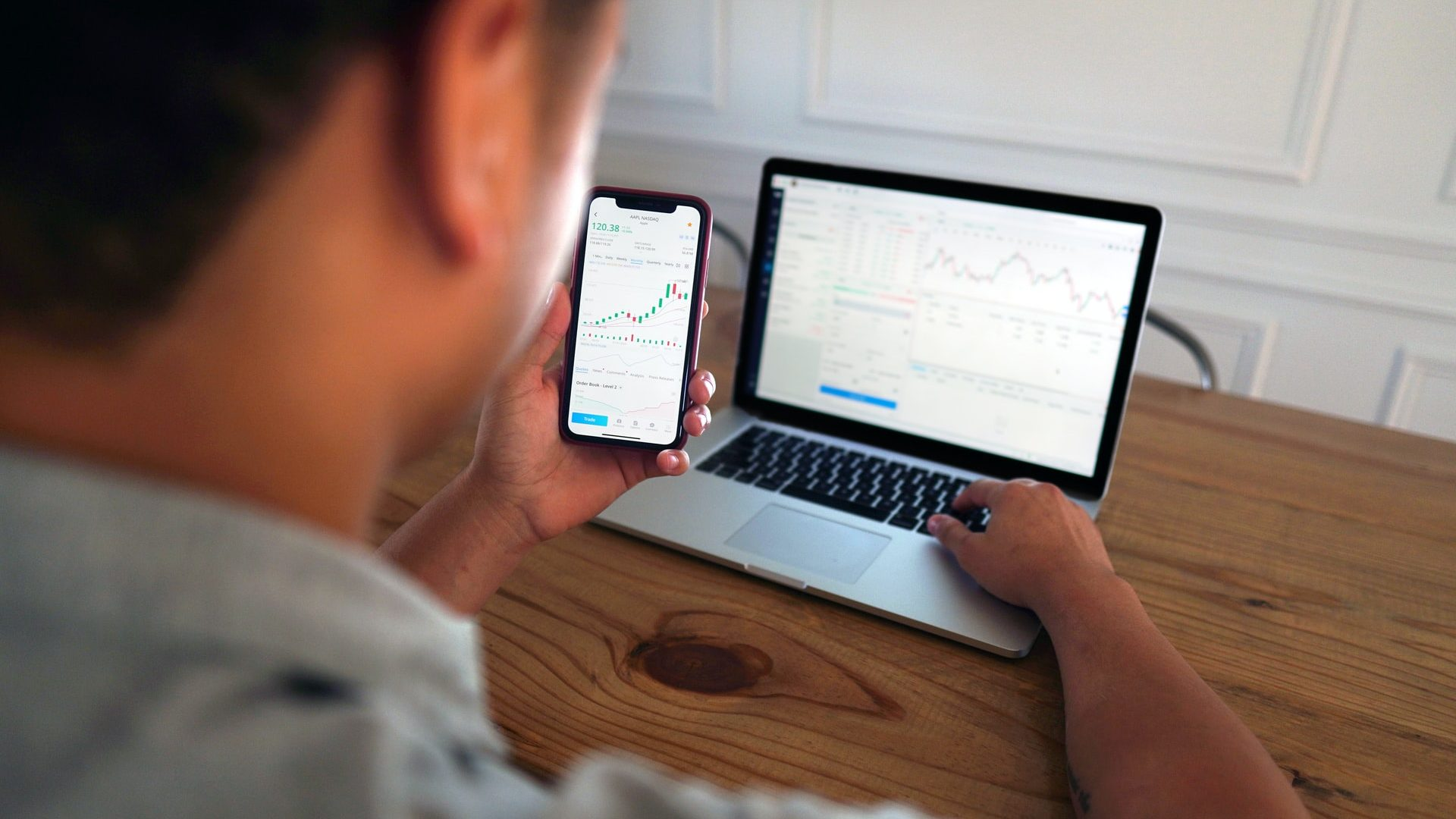 Hyper-personalisation in wealth management - man trading online